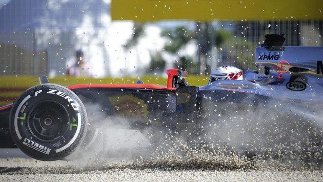 McLaren pilotovaný Kevinem Magnussenem letí během tréninku v Albert Parku v Melbourne mimo trať...