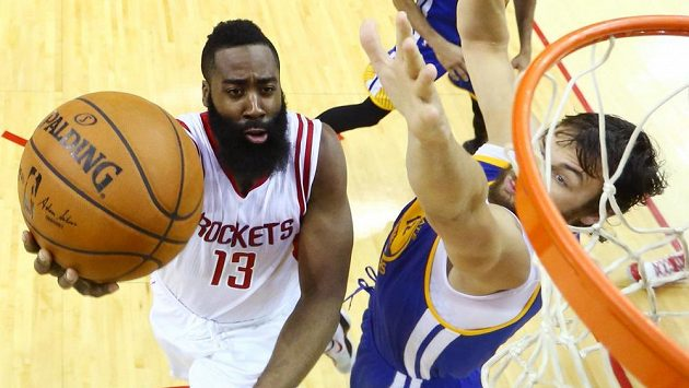 James Harden (13) z Houstonu Rockets byl v utkání NBA proti Golden State Warriors opět nezastavitelný.