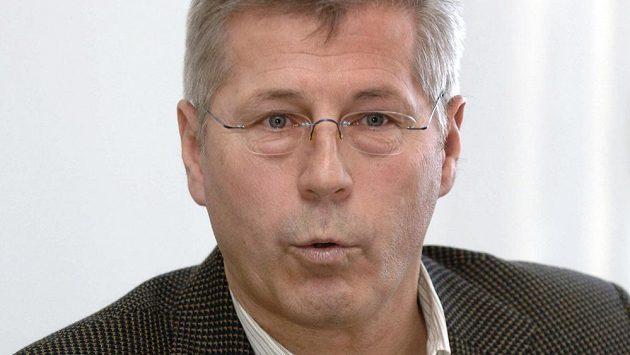 Bývalý fotbalový reprezentant a kapitán olympijských vítězů z roku 1980 Luděk Macela zemřel ve věku 65 let.