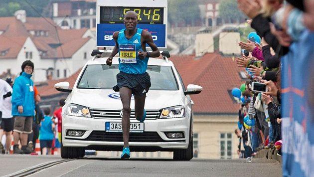 Keňský běžec Peter Kirui zná podmínky v Praze.