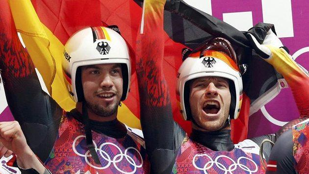 Němečtí sáňkaři Tobias Wendl (vlevo) a Tobias Arlt se radují z olympijského zlata v soutěži dvojic.