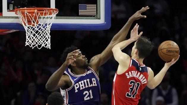 Basketbal Washingtonu Tomáš Satoranský (31) v souboji s Joelem Embiidem (21) z Philadelphie.