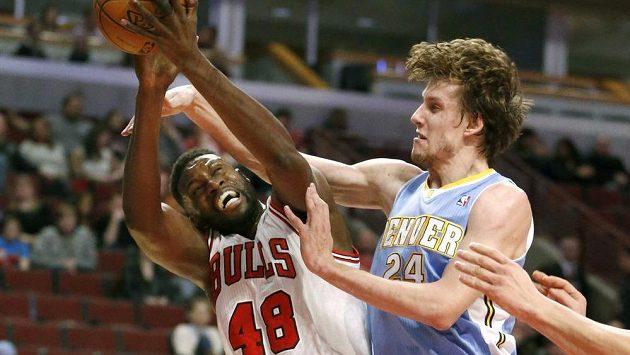 Český basketbalista ve službách Denveru Jan Veselý (vpravo) fauluje Nazra Mohammeda z týmu Chicago Bulls v zápase NBA.