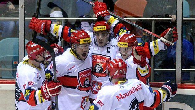 Radost královéhradeckých hokejistů z vítězné branky na 3:2, kterou vstřelil Jiří Šimánek (uprostřed).