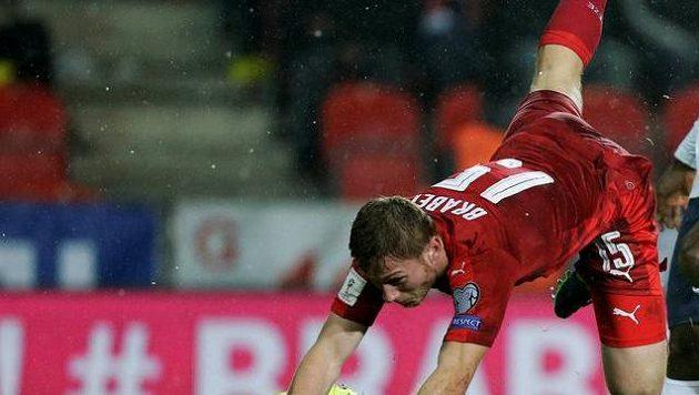 Český reprezentant Jakub Brabec při krkolomném pádu přes brankáře Tomáše Vaclíka během duelu s Norskem.