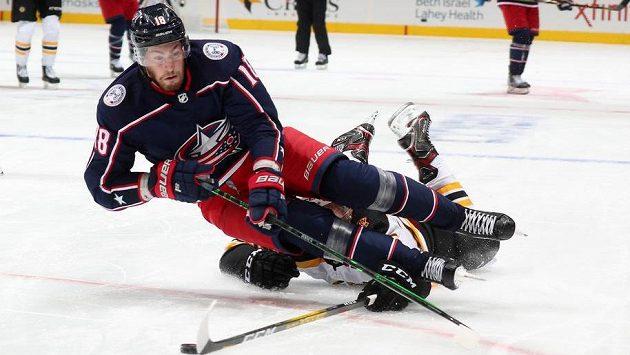 Pierre-Luc Dubois (18) z Columbusu zastavený v přípravě na restart NHL Brandonem Carlem z Bostonu.