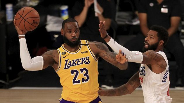 LeBron James (23) z LA Lakers a Marcus Morris Sr. (31) z LA Clippers.