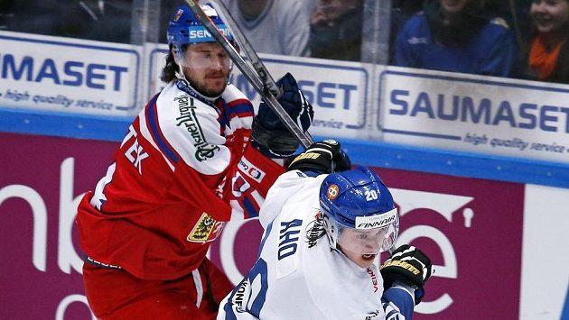 Český obránce Tomáš Kundrátek (vlevo) a Sebastian Aho z Finska v zápase Euro Hockey Tour.