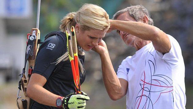 Lékař biatlonového týmu Emil Bolek odebírá Gabriele Soukalové vzorek krve na biochemický rozbor.
