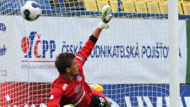 Brankář Slovácka Milan Heča inkasuje gól z penalty, kterou proměnil teplický záložník Martin Fillo (není na snímku).
