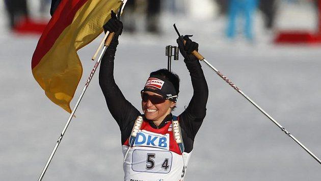 Německá biatlonistka Andrea Henkelová se raduje z vítězství ve štafetě na MS v Ruhpoldingu.