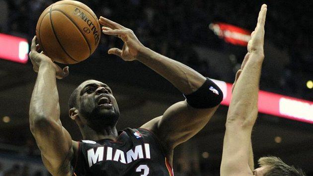 Ani návrat Dwyane Wadea (vlevo) Miami nepomohl.