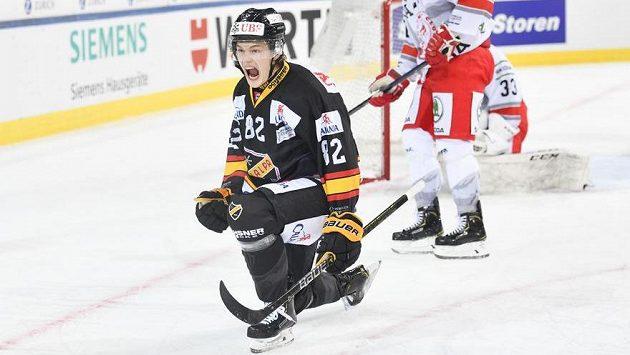 Alexander Ruuttu z Kuopia se raduje z gólu proti Třinci.