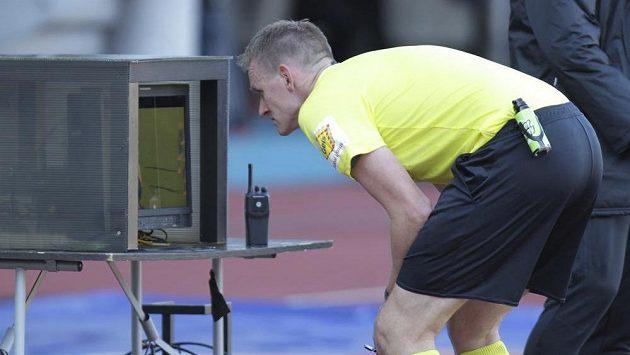 Hlavní rozhodčí Ondřej Berka posuzuje na videozáznamu faul Milana Baroše z Baníku na Tomáše Součka ze Slavie. Poté Barošovi udělil červenou kartu.
