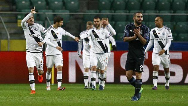 Záložník Legie Varšava Miroslav Radovič (zcela vlevo) se raduje se spoluhráči z vyrovnávacího gólu proti Realu Madrid.