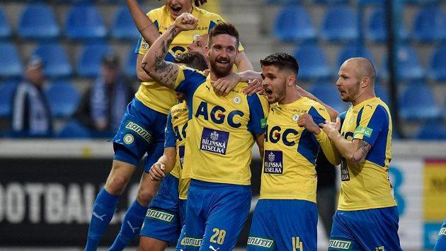 Fotbalisté Teplic se radují z gólu v utkání HET Ligy na hřišti Liberce. Uprostřed (28) střelec branky David Vaněček.