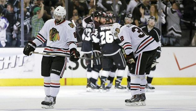 Zklamaní Nick Leddy (vlevo) a Michal Rozsíval. Chicago právě inkasovalo pátý gól ve čtvrtém zápase semifinále NHL s Los Angeles.