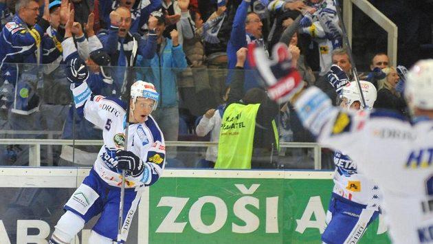 Brněnský útočník Tomáš Vondráček oslavuje svůj gól proti Spartě.