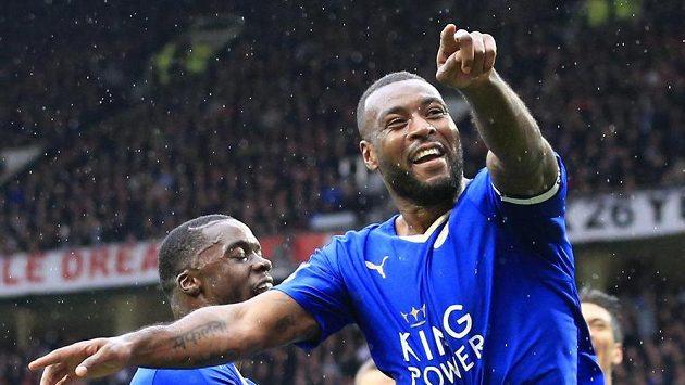 Fotbalisté Leicesteru se radují z branky Wese Morgana v zápase anglické Premier League proti Manchesteru United.