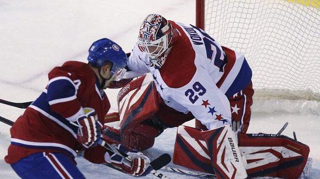 Gólman Washingtonu Tomáš Vokoun likviduje šanci Tomáše Plekance z Montrealu.