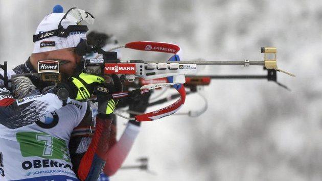 Michal Krčmář při střelbě vstoje během štafety v Oberhofu.