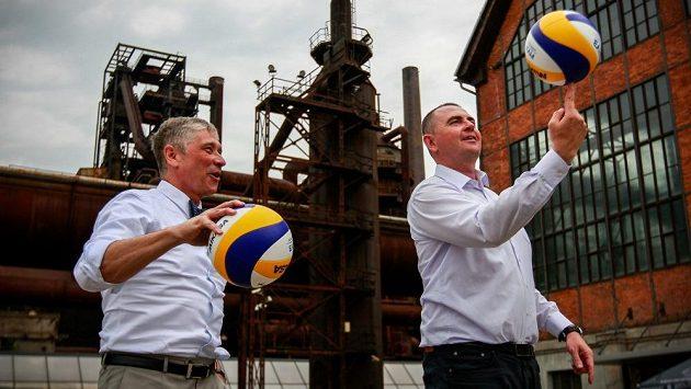 Bývalý reprezentant v plážovém volejbalu Petr Beneš (vpravo) i hejtman Moravskoslezského kraje Ivo Vondrák nebudou v červnu pod vysokými pecemi chybět.