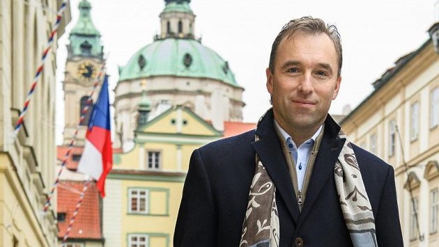 Bývalý hokejový brankář a poslanec Milan Hnilička před Poslaneckou sněmovnou.