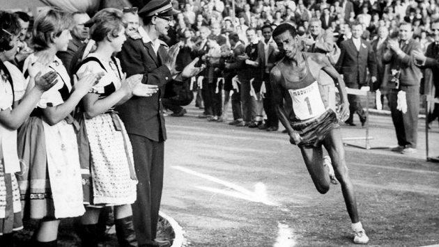 Legendární Abebe Bikila při košickém maratónu v roce 1961.