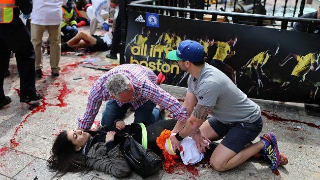 Krvácejícím pomáhali v Bostonu i lidé z řad diváků.