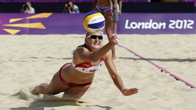 Česká plážová volejbalistka Hana Klapalová během olympijského turnaje v Londýně
