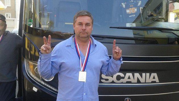 Řidič litvínovského autobusu Ladislav Rameš s medailí pro mistra extraligy.