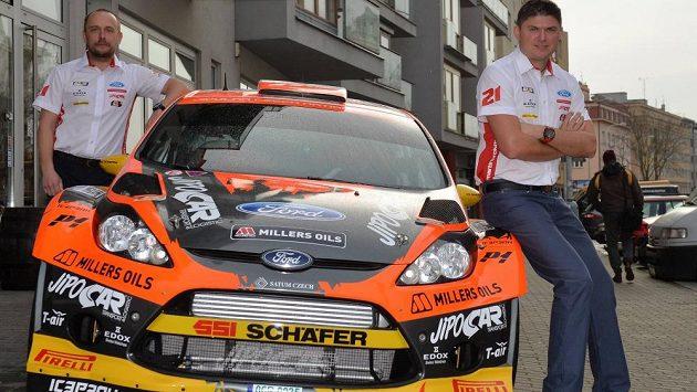 Martin Prokop (vpravo) a jeho navigátor Jan Tománek s Fordem Fiesta WRC pro sezónu 2015.