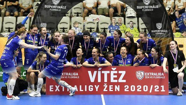 Hráčky Vítkovic se radují z vítězství.