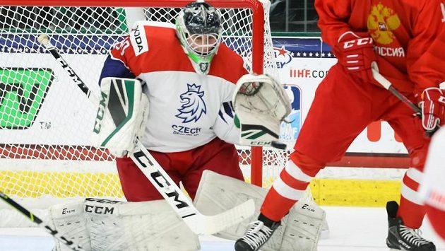 Čeští gólmani nebudou na zápas hokejového MS hráčů do 18 let s Ruskem vzpomínat rádi. V brance se obejvila jednička i dvojka, přesto Češi inkasovali jedenáct gólů.