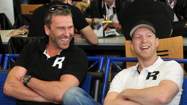 Petr Nedvěd (vlevo) a Aleš Hemský na pražském letišti, odkud česká hokejová reprezentace odlétla na MS ve Švédsku a Finsku.