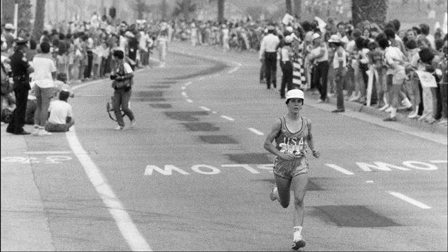 Joan Benoit si dobíhá pro historicky první olympijské maratonské zlato v kategorii žen.