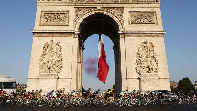 Cyklisté slavné Tour de France pod Vítězným obloukem na Champs Elysees.