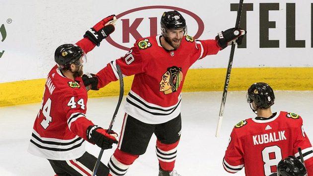 Kubalík (vpravo dole) gólem na 3:2 zařídil výhru Blackhawks nad Edmontonem v zápase, i celé sérii