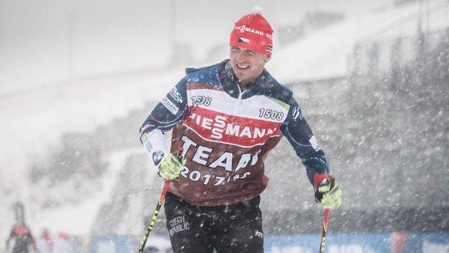 Šéftrenér biatlonistů Ondřej Rybář v nepříliš přívětivém oberhofském počasí.