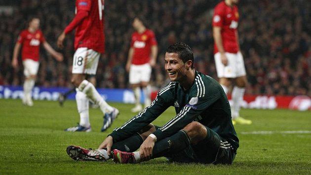 Cristiano Ronaldo se usmívá během zápasu Realu Madrid a domácícho Manchesteru United.