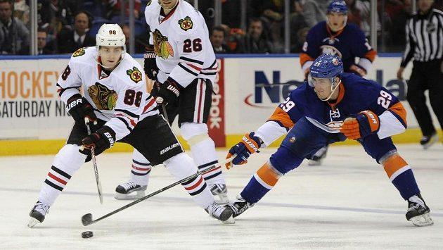 Patrick Kane z Chicaga (vlevo) Brock Nelson z New York Islanders.
