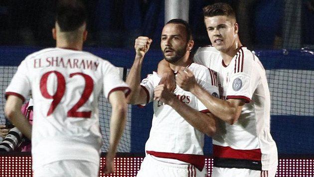 Giampaolo Pazzini (uprostřed) z AC Milán slaví se spoluhráči gól proti Bergamu.