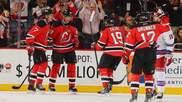 Jaromír Jágr (druhý zleva) protrhl střeleckou smůlu a v duelu proti NY Rangers dal svůj první gól v letošní sezóně NHL.