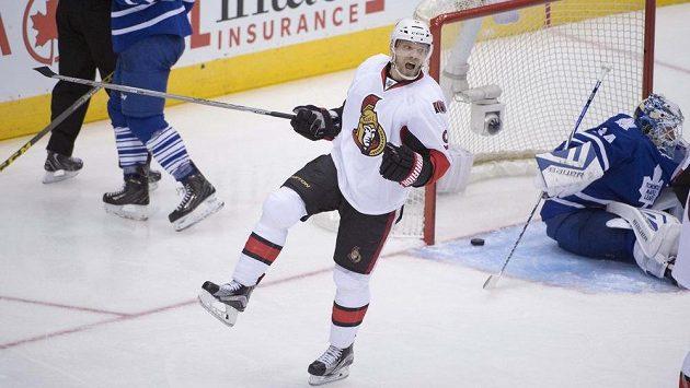 Milan Michálek (9) z Ottawy se raduje z gólu do sítě Toronta.
