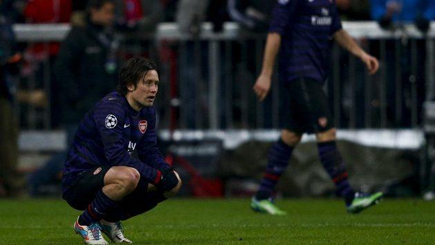Smutný Tomáš Rosický v dresu Arsenalu lituje vyřazení z Ligy mistrů.