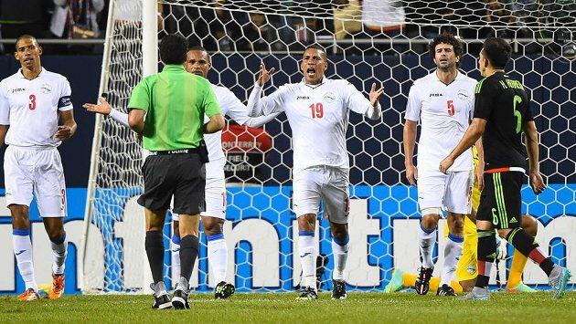 Fotbalisté Kuby během zápasu s Mexikem na Zlatém poháru v USA.