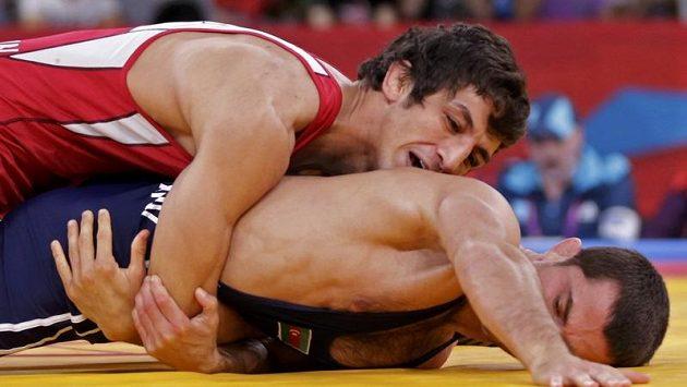 Íránský zápasník v řecko-římském stylu Hamid Reihanpúr (v červeném) porazil ve finále kategorie do 55 kg Rovšana Bajramova z Ázerbájdžánu.