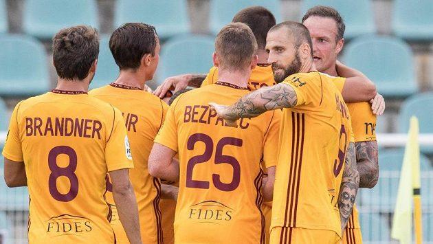 Hráči Dukly oslavují gól proti Bohemians 1905.