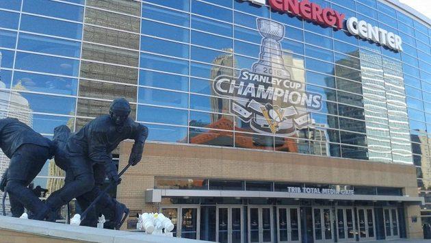 Socha klubové legendy a majitele Penguins Maria Lemieuxe před arénou v Pittsburghu.