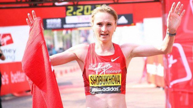 Lilija Šobuchovová v cíli maratonu v Londýně 2011. Tenkrát skončila na druhém místě. Výhru teď musí vrátit.